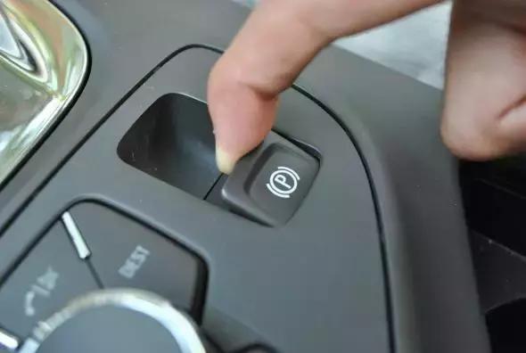 自动手刹,传统手刹,安全气囊按钮千万不能乱按--汽车
