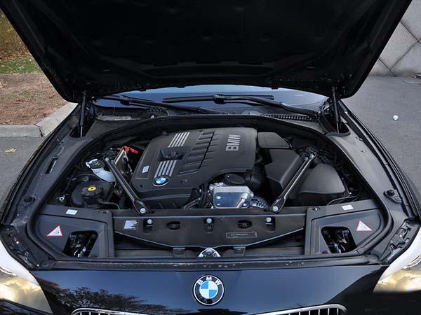 宝马530i E60轿车,启动时发动机怠速会出现间歇性抖动的问题