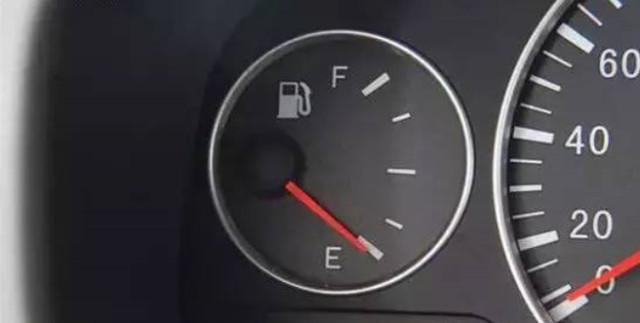 油箱见底,报警灯亮后,汽车还可以跑多远?